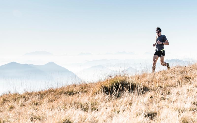 running con maglia in tessuto naturale traspirante